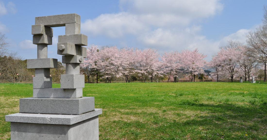 城山公園桜石像